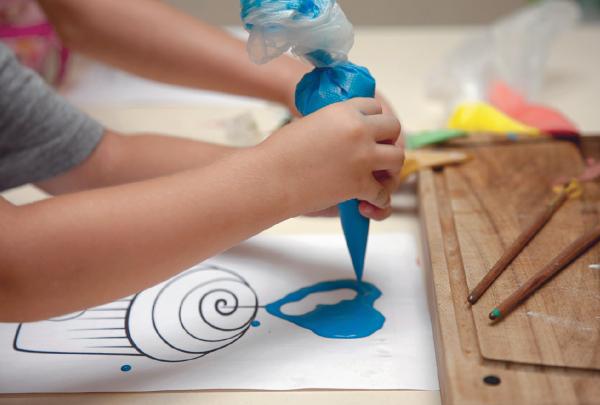 Как приготовить краски. Массу для краски делают из муки, воды и соды.