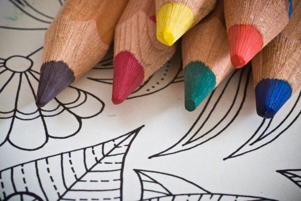 Главное — запастись большим набором цветных карандашей, фломастеров или красок.
