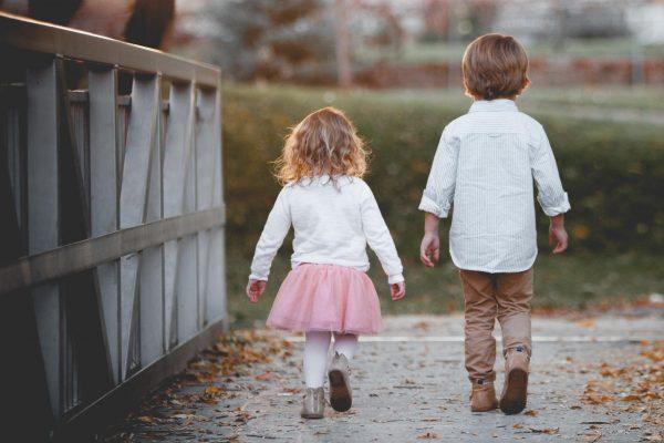 Вот схема, которая поможет научить ребёнка выполнять домашние дела: сначала вы делаете это за него, потом вместе с ним, затем наблюдаете, как он справляется сам, и, наконец, прекращаете контролировать.