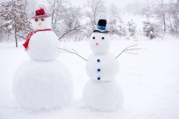 Классический снеговик с носом-морковкой и ведром на голове порадует и вас, и прохожих.