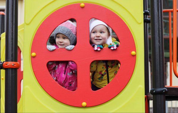 Дочка Элина с подружкой на детской площадке