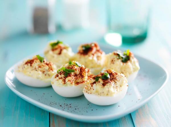 В традиционном рецепте яйца посыпаются тертым желтком. Но говорят, что когда-то их покрывали желтыми цветками мимозы.