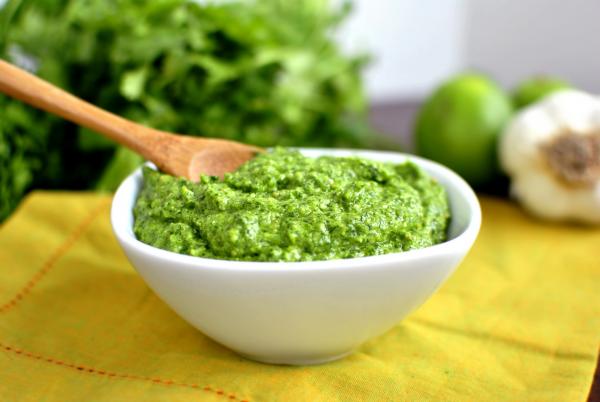 Песто — один из самых популярных соусов в мире. Классическому рецепту уже более 200 лет. Соусом песто можно заправлять салаты, а ещё подавать его к рыбе, добавлять в пасту и и супы.
