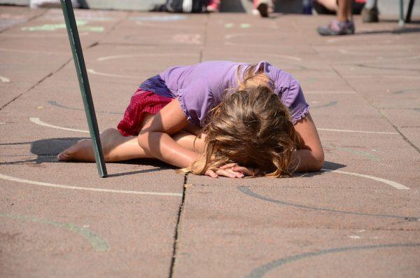 Сложно держать себя в руках, когда ребенок падает на пол и начинает истерить. Продумайте заранее, как вы поведете себя в такой ситуации.