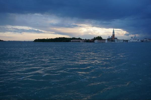 В Венеции есть несколько смотровых площадок. Одна из них — прямо в центре города на крыше торгового центра.
