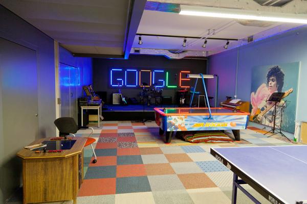 Посмотрите на Google. Не зря это одна из самых мощных компаний на сегодня. Отличный офис, бесплатная и вкусная еда, бесплатные услуги.