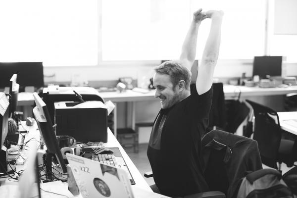 Когда вы сидите выпрямившись, руки должны располагаться под углом 90 градусов для работы на компьютере.
