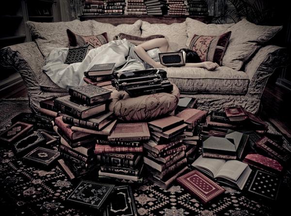 Когда вы проснетесь, останьтесь на некоторое время в постели и сосредоточьтесь на подробностях сна. Запишите их — на бумагу или на диктофон.