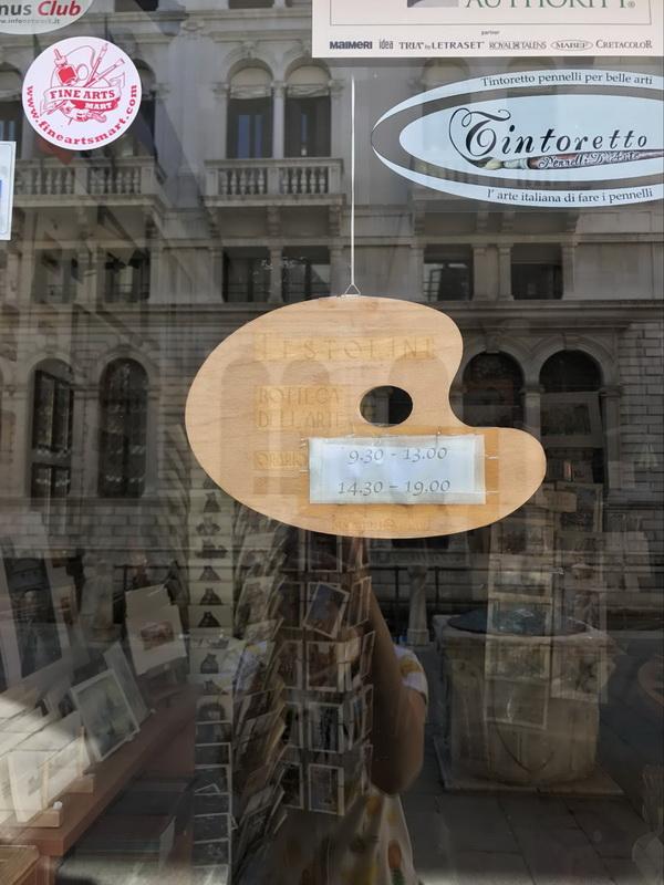 На двери магазинчика висит табличка, уверяющая, что магазин откроется в 9:30, но венецианцы не слишком пунктуальны, так что продавец окажется на месте не раньше 10. К этому времени улицы наполнятся туристами, а воздух — жарким маревом. Это значит, что пора домой.
