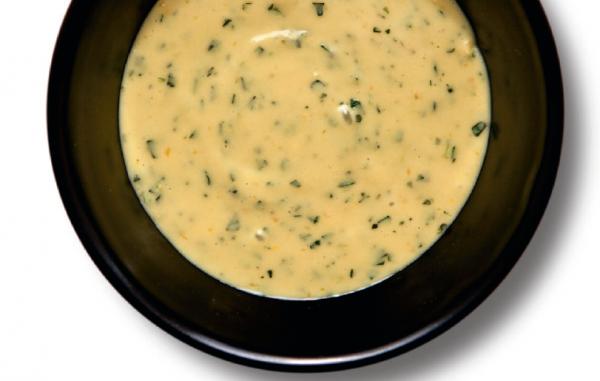 Французский яично-масляный соус. Замечательно дополняет мясные или рыбные блюда. Подают соус как в холодном, так и в горячем виде.