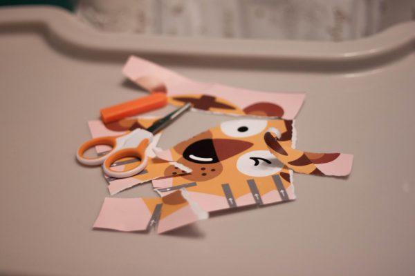 До того, как мы начали работать с тетрадью, Элина несколько раз брала в руки ножницы. Она делала надрез на бумаге, а затем рвала ее. Это занятие дочку очень забавляло, но вышло так, что свой опыт она перенесла и на KUMON. Вот что у нас получалось с первыми картинками.