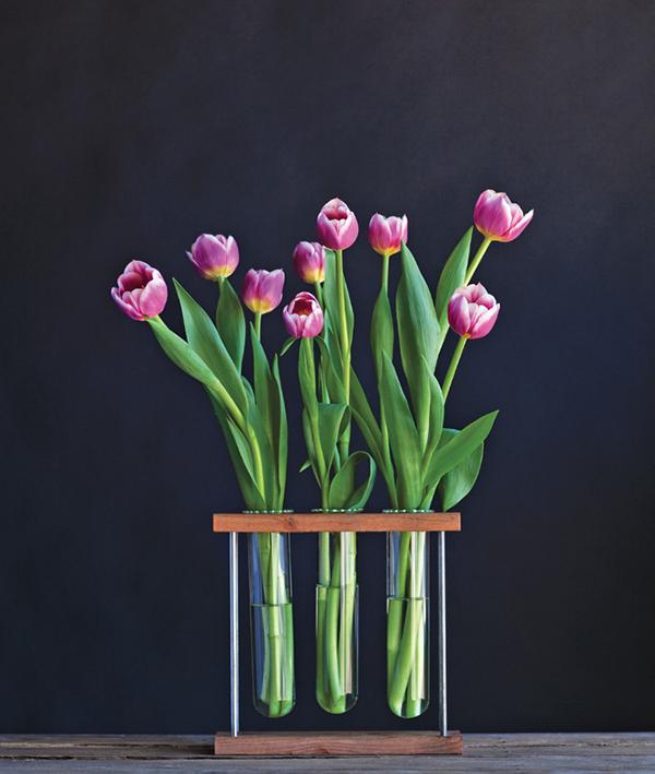 Расставьте цветы, развернув головки цветов в разные стороны.