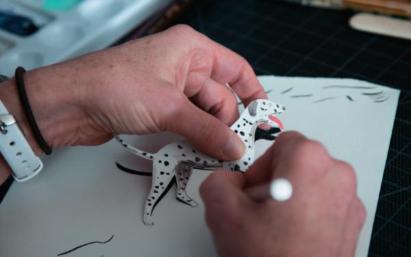 Вырезать картинки удобнее макетным ножом.