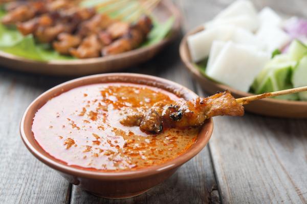Это универсальный соус, который отлично подходит к блинчикам, мясным блюдам и салатам. Будьте внимательны: у многих есть аллергия на арахис. Так что лучше подавайте соус отдельно от блюд.