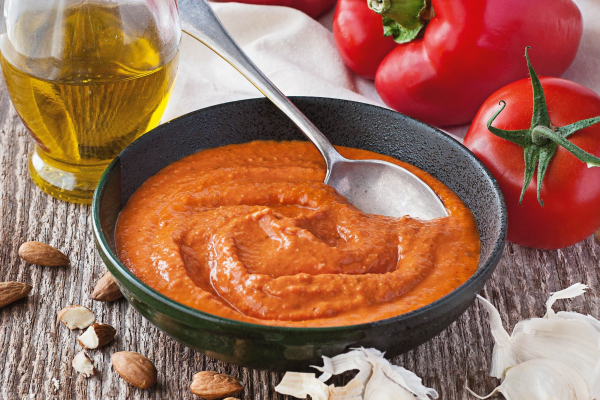 Это традиционный каталонский соус из измельченных орехов и перцев с маслом и хересным уксусом. Обычно подается к морепродуктам, курице или овощам.