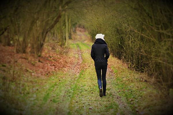 Сделайте 30-минутную вылазку на природу. Это может быть прогулка по парку или поход в лес. Исследование показывает, что отдых на природе заряжает энергией, смягчает депрессию и улучшает самочувствие.