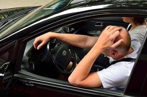 Практикуйте прощение. Например, можно простить человека, подрезавшего вас на дороге. Люди, которые умеют освобождаться от гнева и обиды, обладают более крепким психическим здоровьем и в целом чаще бывают удовлетворены своей жизнью.
