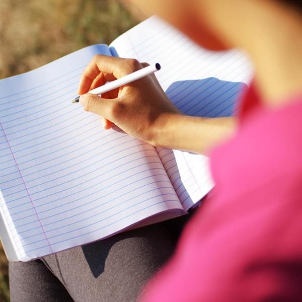 Вас что-то тревожит? Поделитесь переживаниями с личным дневником. Писать о неприятном опыте полезно: это помогает выплеснуть негативные эмоции, разобраться в проблеме и уменьшить симптомы депрессии.