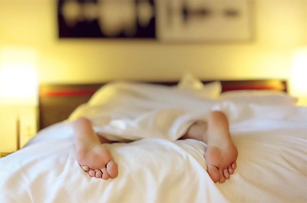 Спите в прохладной комнате. Оптимальная температура для сна — примерно от 16 до 19 ℃.