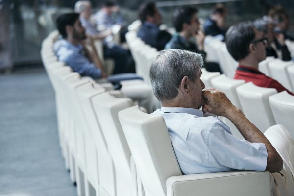 Если аудитория не слишком дружелюбна, завоюйте ее уверенностью.