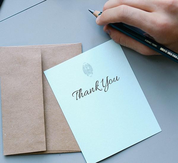Отправьте благодарственное письмо — не за какое-то конкретное дело, а просто чтобы адресат узнал, почему вы его цените. Выражение благодарности в письменной форме усиливает ощущение счастья.