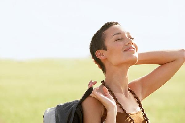 Постарайтесь каждый день купаться в лучах солнца хотя бы 15 минут. И пользуйтесь солнцезащитным кремом. Под воздействием солнечного света у нас вырабатывается витамин D, который, по мнению экспертов, поднимает настроение.
