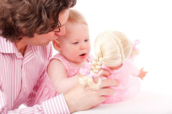 Обычно мамам это дается легче, но крайне важно, чтобы и папа сформировал с ребенком эмоциональную связь.