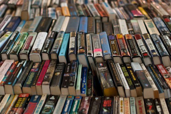 Бродите по библиотекам, залезайте по лестницам на стеллажи, вдыхайте аромат книг, как духи, носите книги, как шляпы, на своих глупых головах.