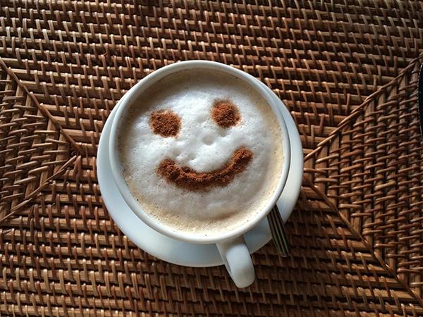Начинайте день с чашки кофе. По некоторым данным, любители кофе реже страдают от депрессии. Если вам не нравится кофе, выберите другой полезный напиток, например зеленый чай.