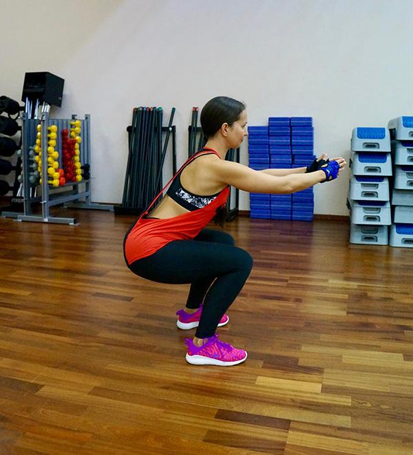 2. Приседаем. В этом упражнении важно держать спину прямой и следить, чтобы таз максимально уходил назад, при этом колени не должны выходить за линию носков. Продолжительность: 1 минута.
