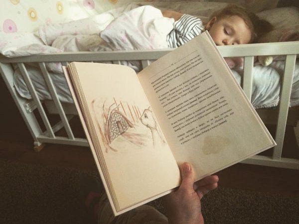 Прочла книгу про кролика до 31 страницы и, увидев закрытые глаза моей кнопки (ни разу не попросившей попить, погладить, закрыть глаза, открыть, укрыть, на горшок), я опешила!