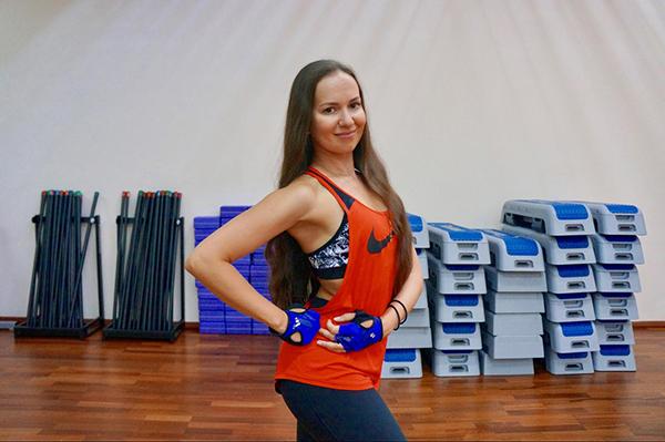 Светлана Маркова — тренер групповых и индивидуальных программ по направлениям: йога, пилатес, аква-аэробика, функциональный тренинг. Стаж работы фитнес-тренером 15 лет.