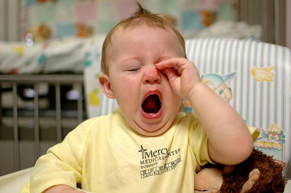 У детей от 4 месяцев до 5–6 лет нужное количество мелатонина накапливается где-то между 18:30 и 20:30.