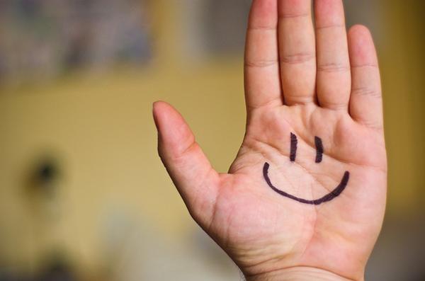 Испытываете стресс? Улыбнитесь. Может быть, сейчас вам нелегко это сделать, но улыбка поможет замедлить сердцебиение и успокоиться.