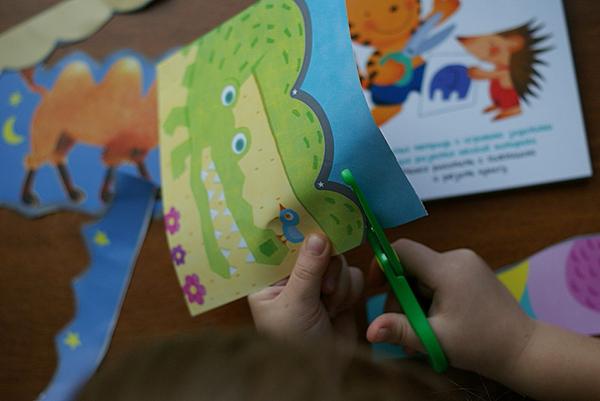 Покажите малышу, как правильно держать лист бумаги: за противоположную сторону от ножниц, рядом с линией отреза и одновременно подальше от лезвий ножниц. Научиться этому сложно, поэтому ребёнку понадобится какое-то время для освоения этого навыка.