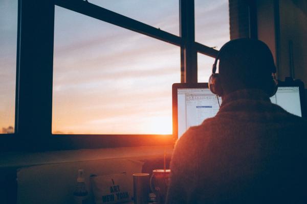 Если вам нравится приходить на работу рано, то полезно начинать день в умиротворенном состоянии, с минимумом отвлекающих факторов.