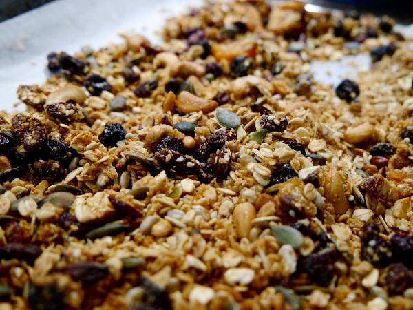 Смешиваете овсяные хлопья, миндаль, семечки подсолнуха или тыквы, мед, растительное масло, соль и сушеные ягоды.