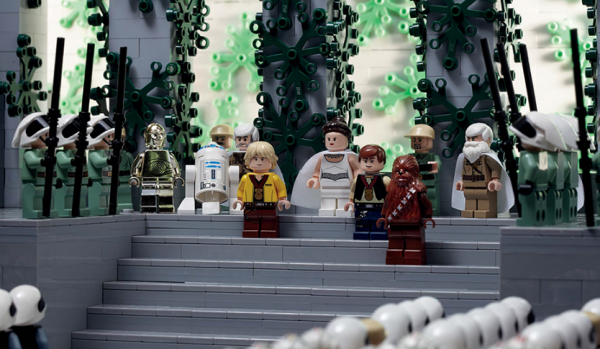 Это сборник инструкций Lego, созданный специально для поклонников фантастических саг «Звездные войны», «Звездный путь», «Космический патруль».