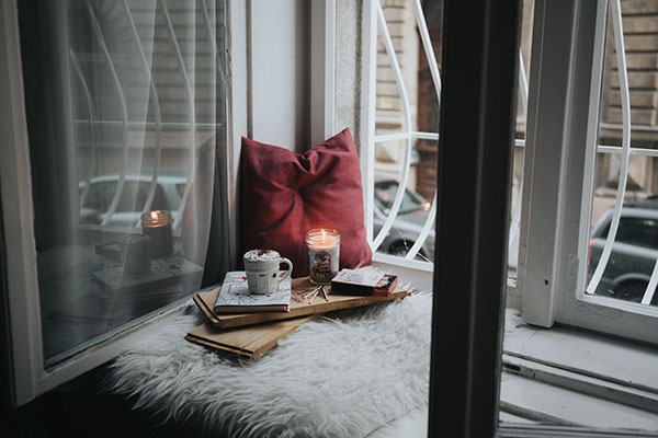 Впустите в дом солнце. Позавтракайте у окна или на улице, обеспечив мозгу приток гормона серотонина, улучшающего настроение. Прислушайтесь к пению птиц и другим проявлениям живого мира за порогом вашего дома.