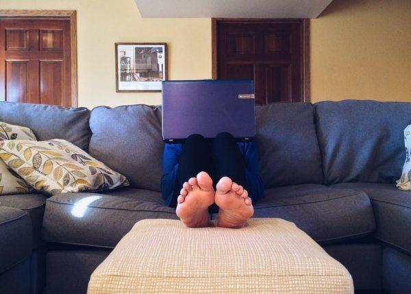 Время работать. Не в кровати, в офисе. Можно работать на кушетке, но ни в коем случае не на кровати. Поставьте себе разумные рамки, чтобы сохранить рассудок.
