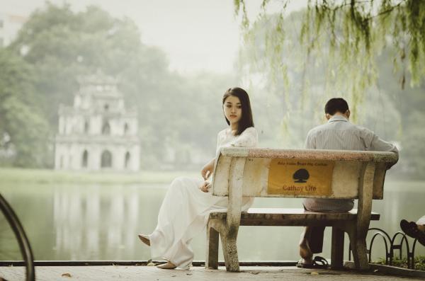 Один из супругов просто становится непроницаемым, принимая каменное выражение лица, замолкая и уходя от разговора.