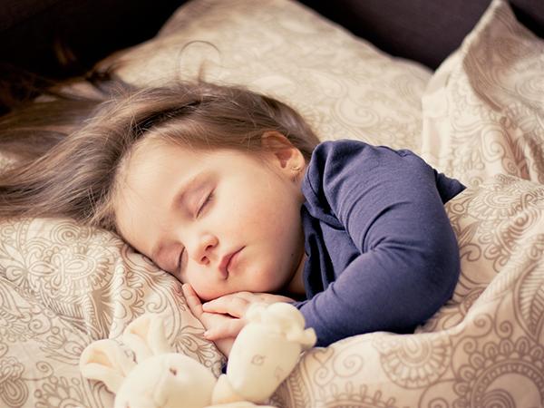 Прочитав книгу «Всегда вовремя», я начала ложиться вместе с дочкой в десять. Встаю в 5-6 утра без будильника. Дела, которые остались с предыдущего дня, делаю утром.