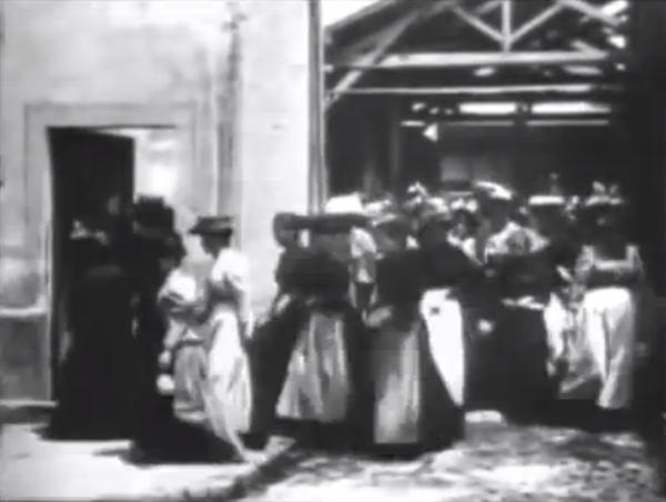 Зрелище было, в общем, малопримечательное — лицезреть людей, уходящих с фабрики, можно было в доброй половине парижских районов. Но вот изображение странно замерцало и ожило. Женщины на экране толпой повалили с фабрики — парами, в одиночку или небольшими группами.