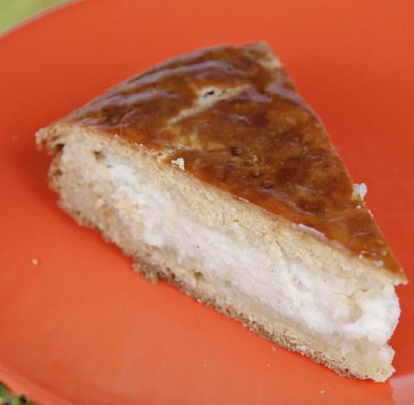 Начинка для этого пирога готовится из творога, а это значит, что пирог доставит вам не только массу удовольствия, но и принесет немало пользы для здоровья.
