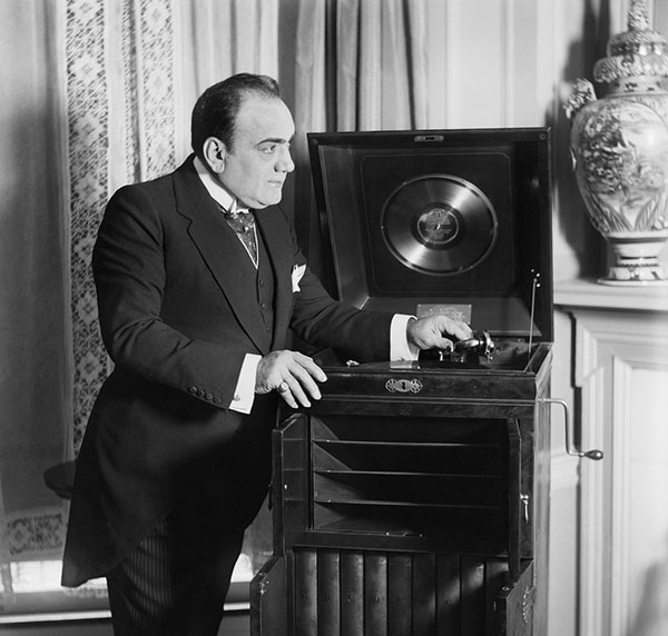 Томас Эдисон продемонстрировал не больше провидческого таланта, выпустив на рынок первый фонограф, или «говорящую машину», как он его назвал, — устройство, позволяющее деловым людям надиктовывать корреспонденцию.