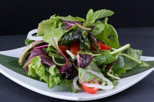 Каждый день съедайте по крайней мере один салат из сырых овощей и зелени либо как основное блюдо, либо как гарнир.