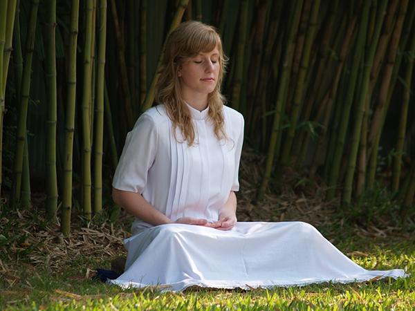 Медитируйте и практикуйте медленное брюшное дыхание. Исследования доказывают, что люди, прибегающие к этим методам, менее склонны к тревожности и раздражительности, чем остальные.