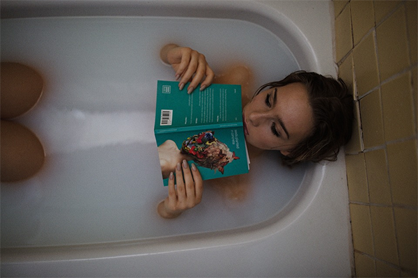 Посвятите последние часы дня умиротворяющим занятиям: почитайте жизнеутверждающую книгу, примите ванну или поучаствуйте в непринужденной беседе.