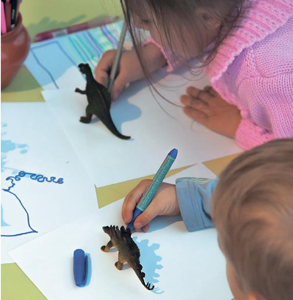 Обводить тени на листе и раскрашивать эти контуры — невероятно увлекательно. Вы увидите, насколько реалистичными получились динозавр, мишка, заяц или букет.