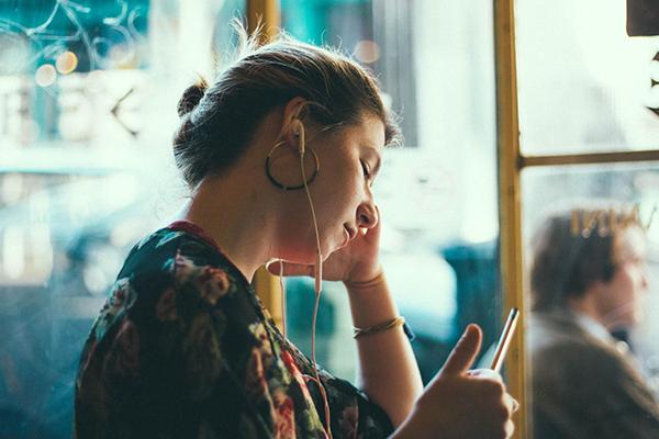 Если вы любите слушать аудиокниги перед сном, то заведите таймер, по истечению которого воспроизведение остановится.